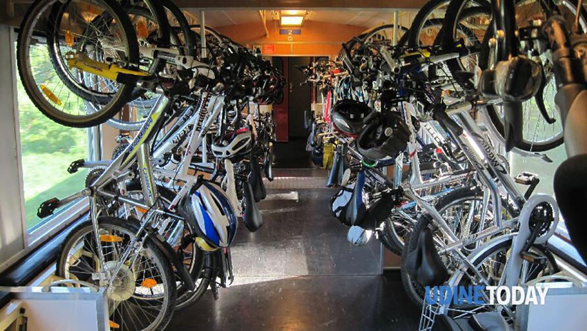 Il vagone di un treno in Friuli carico di biciclette