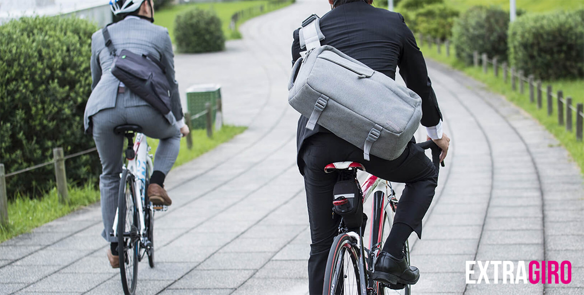 Due manager pedalano in bici verso l'ufficio
