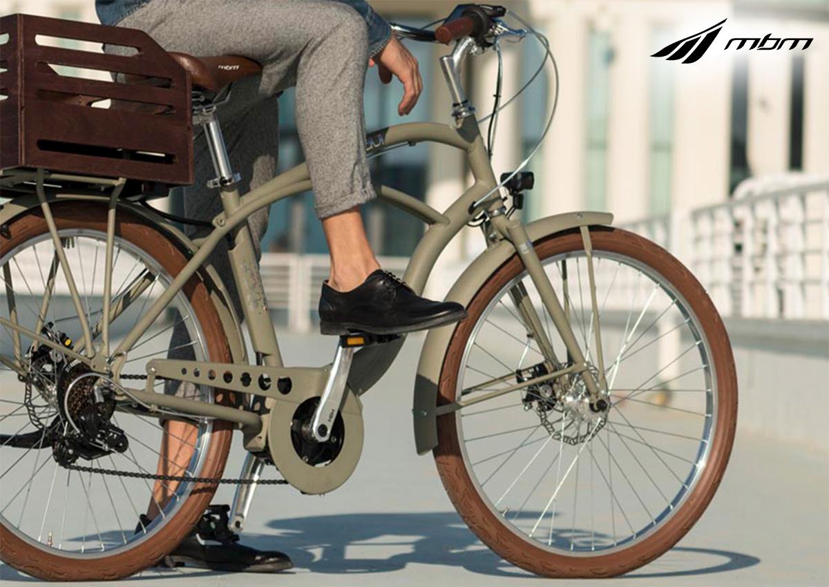 Un uomo in sella alla propria bicicletta MBM
