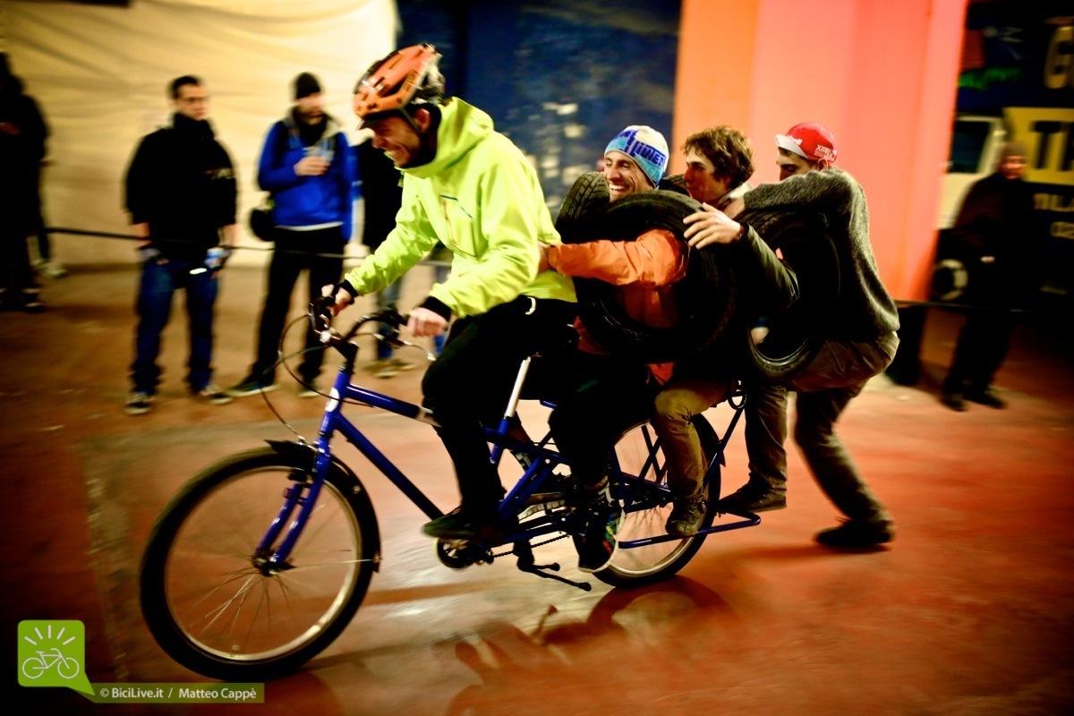 Una bici cargo in gara al Wacky Cargo Race