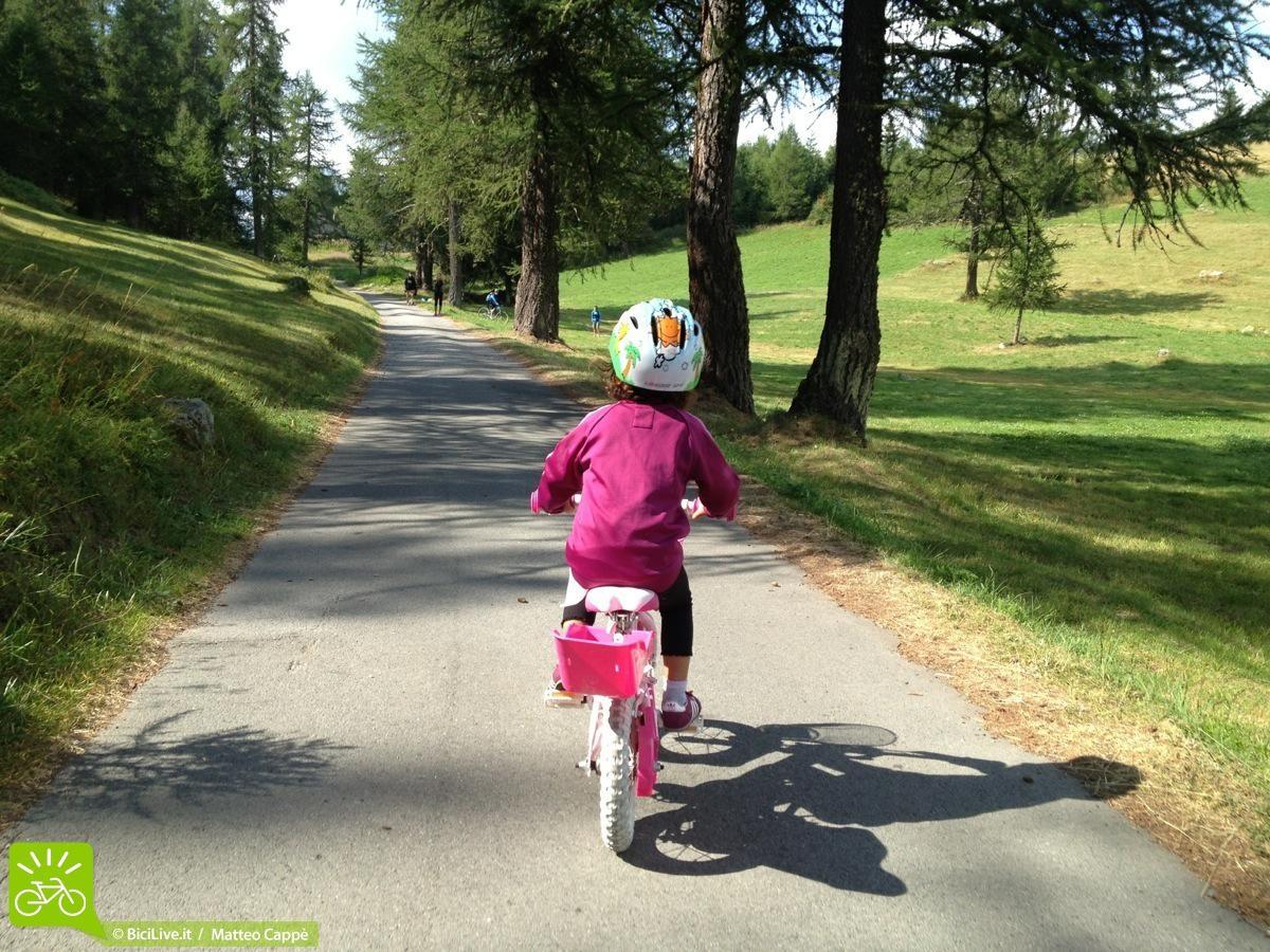 Bambina piccola in bicicletta