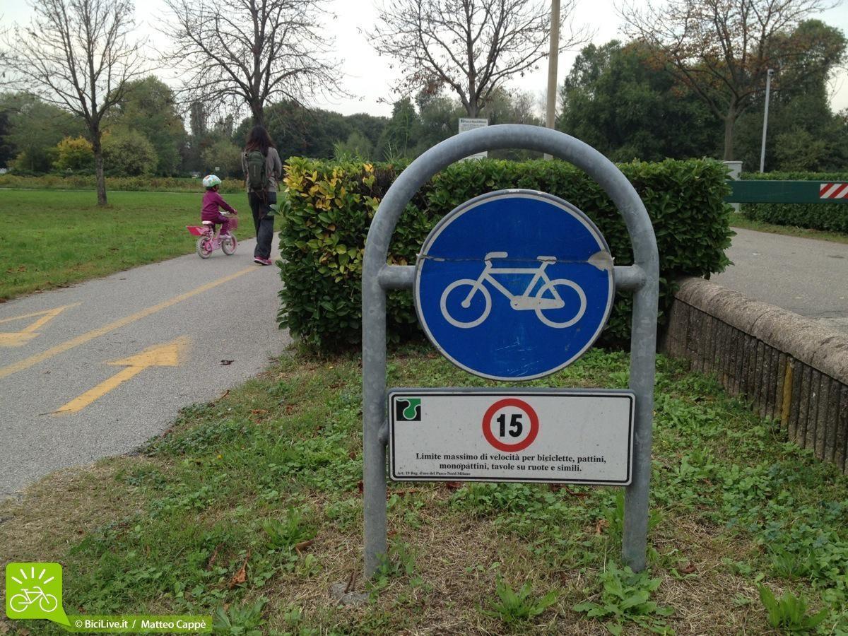 Cartelli di pista ciclabile al parco
