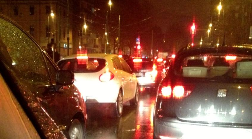 automobili incolonnate nel traffico cittadino