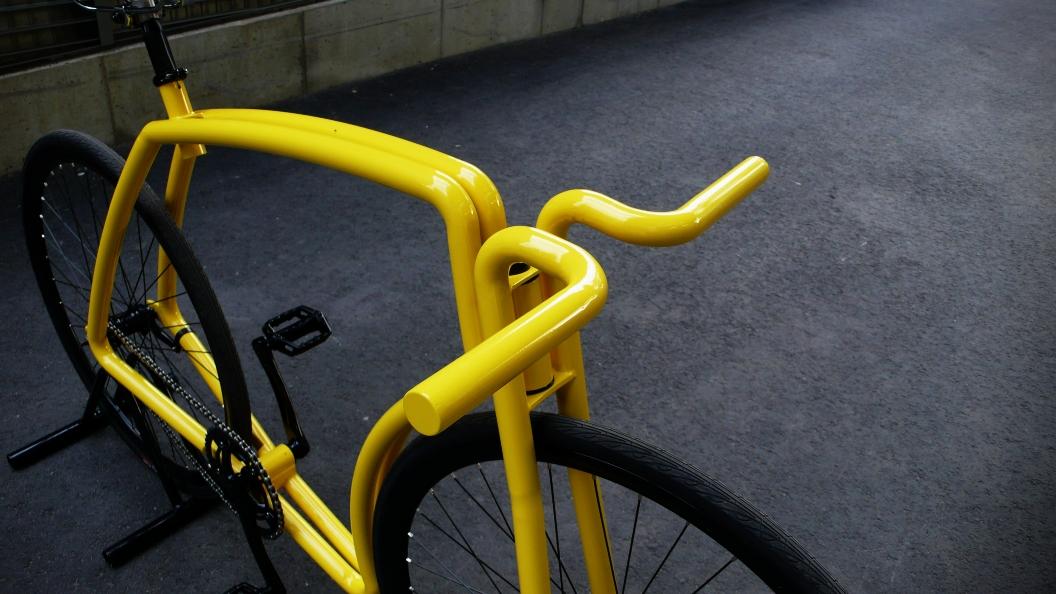 Una bicicletta senza piantone Viks colorata di giallo