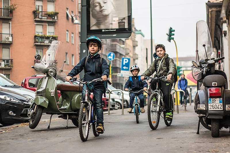 Bimbi in bici vanno ascuola
