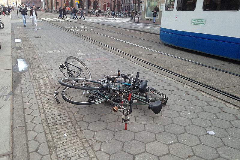Biciclette ammonticchiate per strada ad Amsterdam