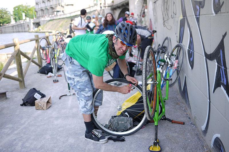 Un ciclista appassionato al lavoro sulla sua bicicletta