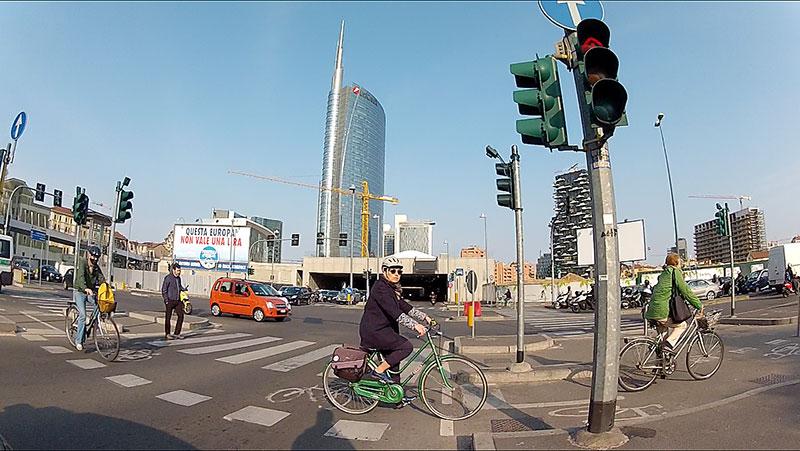 Un incrocio cittadino, con semafori e ciclisti